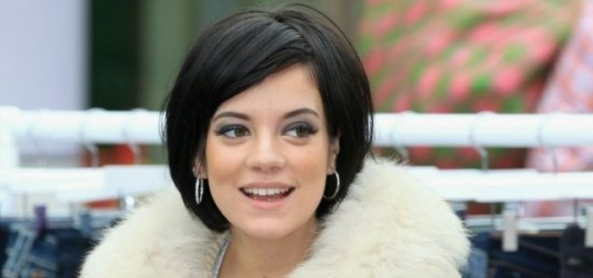Ryan Air ryanair trending on Twitter Lily Allen annoyed after having to pay 40 pounds so her boarding pass could be printed by the airline at the airport