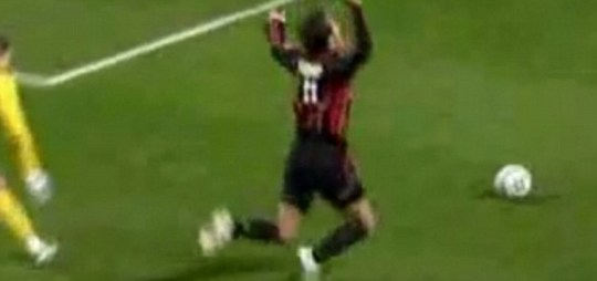Dramatic: Alberto Gilardino's famous dive against Celtic in the Champions League (Youtube)