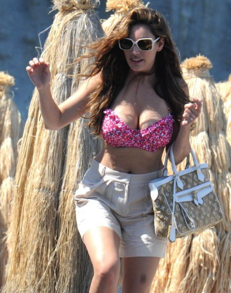3b7fe1bc4538f Kelly Brook flaunts figure in floral pink bikini to enjoy last drops ...