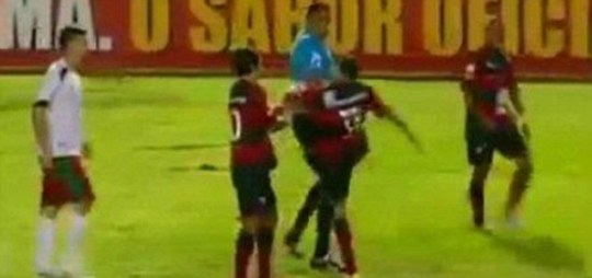 Rildo kicks referee Vitoria Brazil