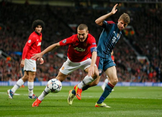 Manchester United's Nemanja Vidic fights for the ball with Bayern Munich's Thomas Mueller (R) during their Champions League quarter-final first leg soccer match at Old Trafford in Manchester, April 1, 2014.  REUTERS/Stefan Wermuth (BRITAIN  - Tags: SPORT SOCCER)