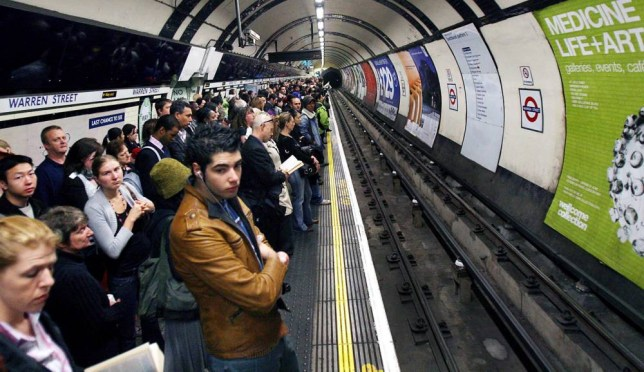 Londoners wait for an undergroud train at Warren Street station in central London, 29 May 2007.  Known for it its frequent delays, engineering works and cancellations, the tube challenges the patience of the Londoners who greatly depend on it.  epa01022882  EPA/ANDY RAIN