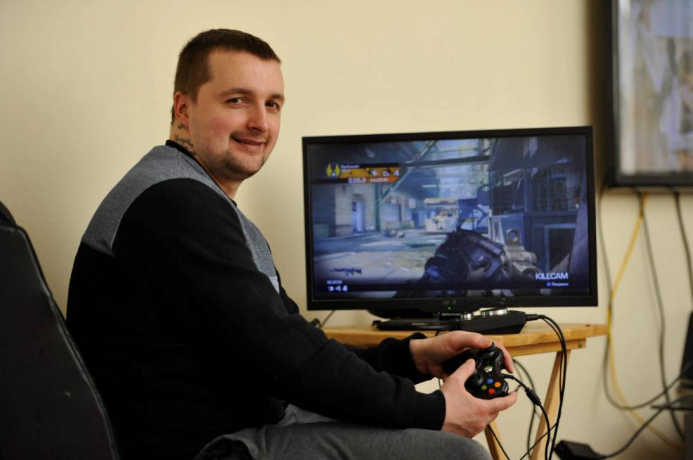 Stay at home dad Peter Potts, 34, from Clydebank, Scotland (May 14) who is the number 1 player in the world on the video game Call of Duty. See CENTRE PRESS story DUTY; Sharp-shooting Scot Peter Potts was feeling trigger happy yesterday (Wed) after being hailed as the world's top gun in video game Call of Duty -- beating 4.5million players to the title. Gung-ho Peter, 34 , saw off rivals from around the globe to make it to the top of the XBox chart for 'confirmed kills' - 180,871 - in the popular 'shoot-em-up'. The gaming daft father-of-five has been playing computer games since the age of nine, starting off on a Commodore 64 consoles which his dad bought him.