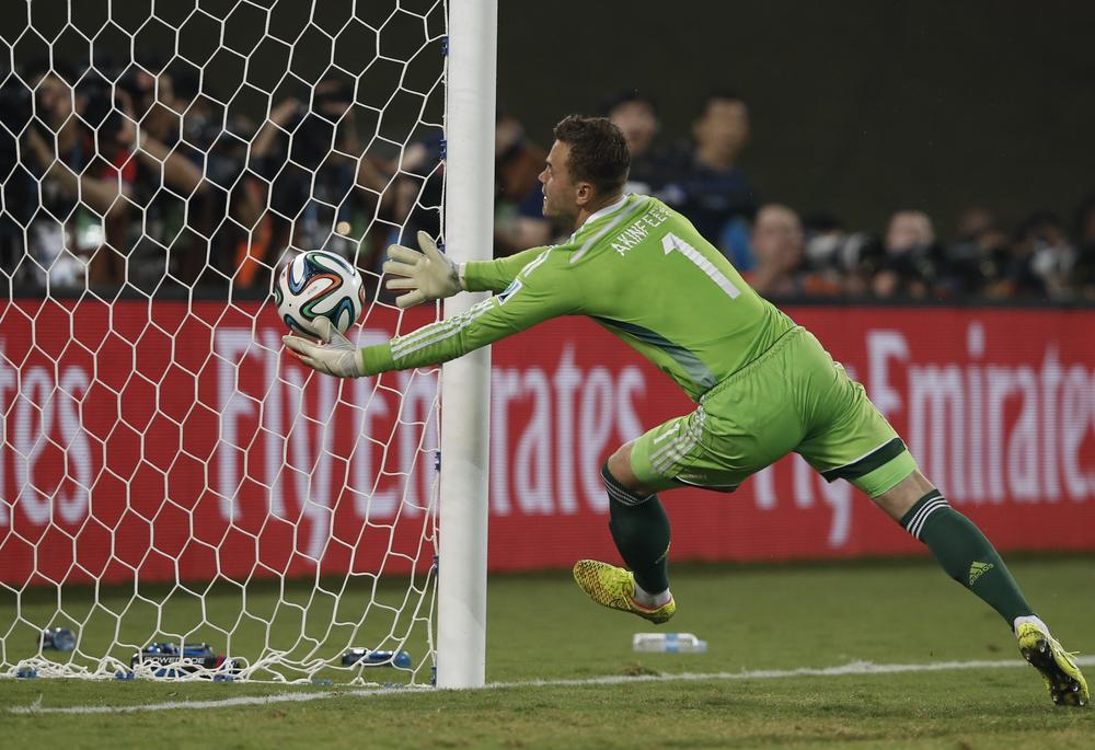 Igor Akinfeev drops clanger to give South Korea edge over Russia
