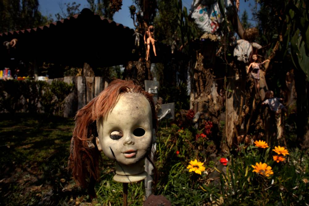 BK6XAH A doll hangs on a fence on the Island of the Dolls in Xochimilco, southern Mexico City
