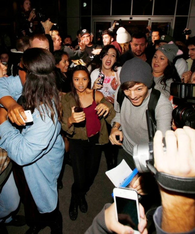 19.NOV.2013 - LOS ANGELES - USAnnLOUIS TOMLINSONnnBOYBAND ONE DIRECTION SEEN GETTING MOBBED BY FANS AS THEY ARRIVE AT LAX AIRPORT!nnBYLINE MUST READ : XPOSUREPHOTOS.COMnn***UK CLIENTS - PICTURES CONTAINING CHILDREN PLEASE PIXELATE FACE PRIOR TO PUBLICATION ***nn**UK AND USA CLIENTS MUST CALL PRIOR TO TV OR ONLINE USAGE PLEASE TELEPHONE  44 (0) 208 370 0291 or 1 310 600 4723