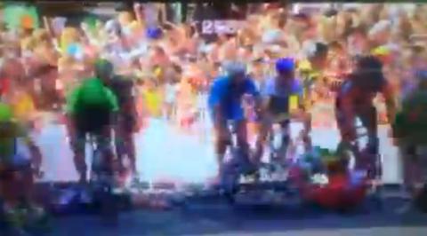 Tour de France 2014: Watch Mark Cavendish suffer suspected broken collarbone during crash
