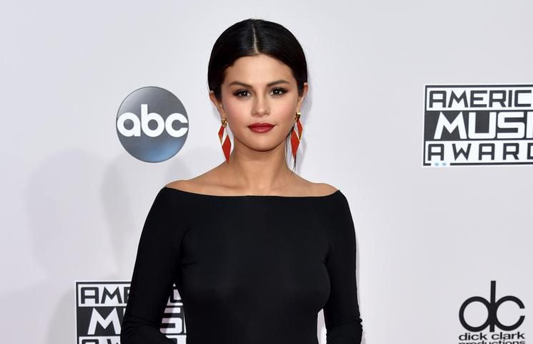 Selena Gomez sticks up for Zayn Malik, asking him to 'reach out' to her on Twitter