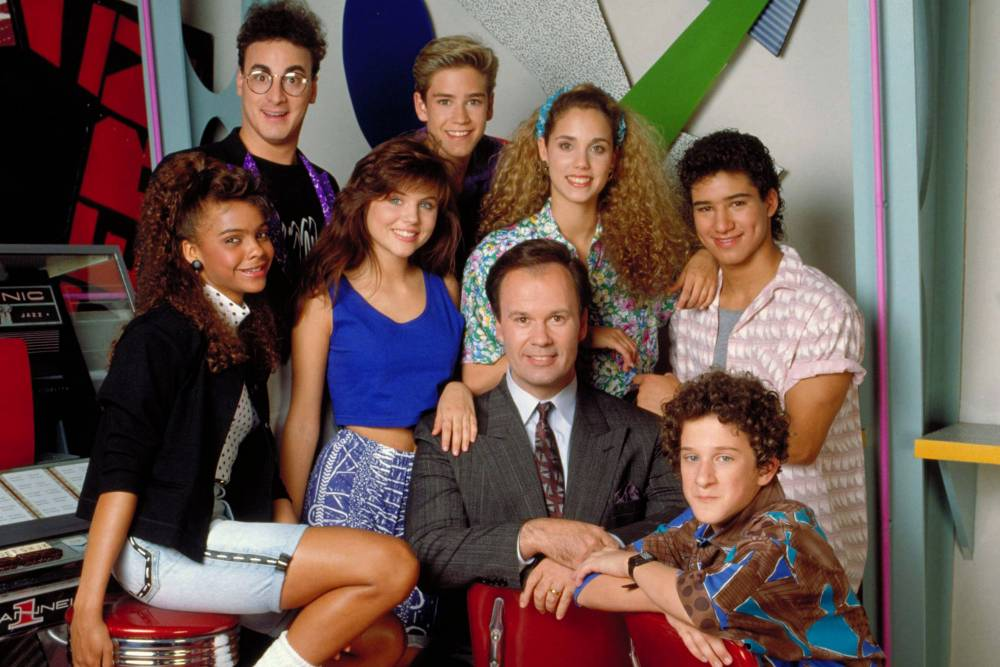 SAVED BY THE BELL, Top Row: Ed Alonzo, Mark-Paul Gosselaar, Elizabeth Berkley, Mario Lopez, Bottom Row: Lark Voorhies, Tiifani-Amber Thiessen, Dennis Haskins, Dustin Diamond, Season 1, 1989-1993 (c)NBC / Courtesy: Everett Collection.