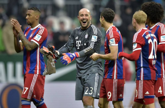 Bayern's keeper Pepe Reina from Spain, center, celebrates with the team after winning the German Bundesliga soccer match between Werder Bremen and Bayern Munich in Bremen, Germany, Saturday, March 14, 2015. (AP Photo/Martin Meissner)