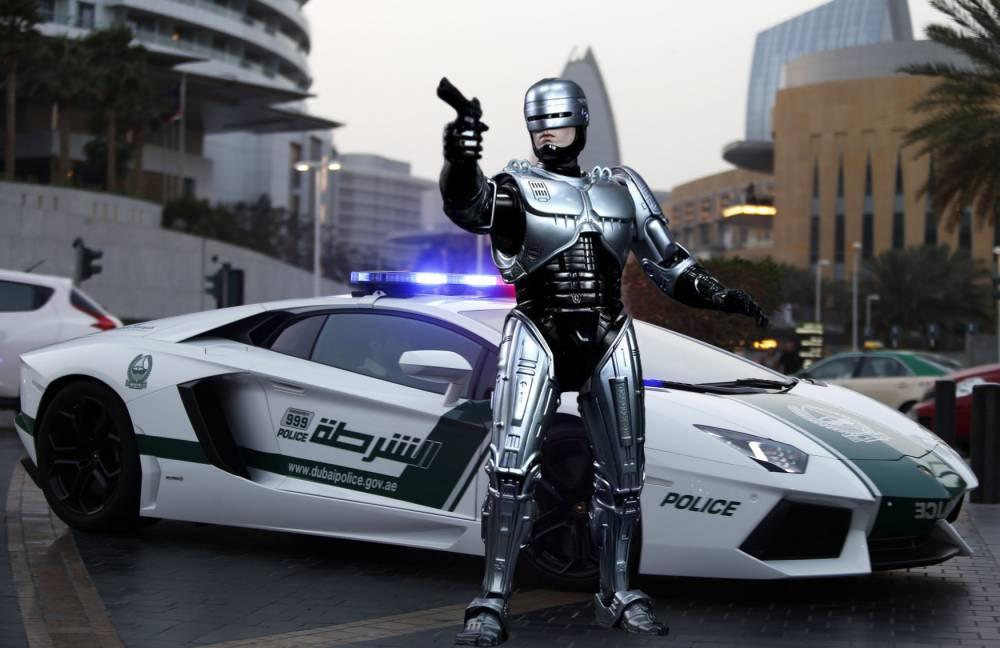 A Lamborghini Aventador, a model used by Dubai police, is seen on patrol in Dubai April 12, 2013. REUTERS/Ahmed Jadallah (UNITED ARAB EMIRATES - Tags: TRANSPORT CRIME LAW SOCIETY) - RTXYJ2O