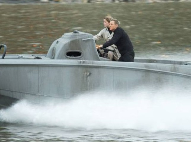 Daniel Craig and Lea Seydoux's stunt double canes a speedboat up the Thames river. (Picture: Fameflynet)