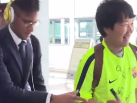 Barcelona fan ends up hitting pillar trying to get Neymar's autograph ahead of Bayern Munich clash