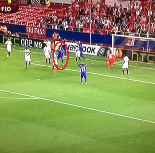 Fiorentina's Matias Fernandez misses perfect chance to equalise against Sevilla after skewing shot wide