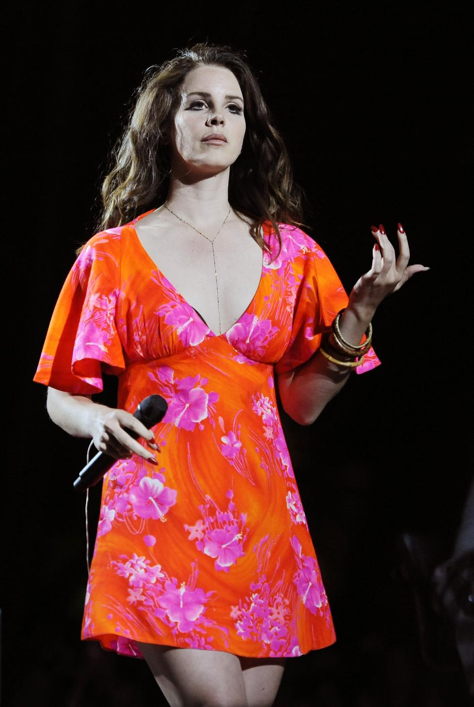 Lana Del Rey fans boo as singer axes gig blaming bad weather