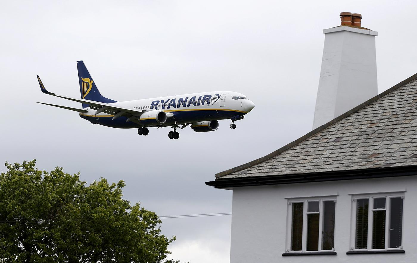 A Ryanair aircraft lands at Manchester Airport in Manchester, north-west England Andrew Yates/Reuters