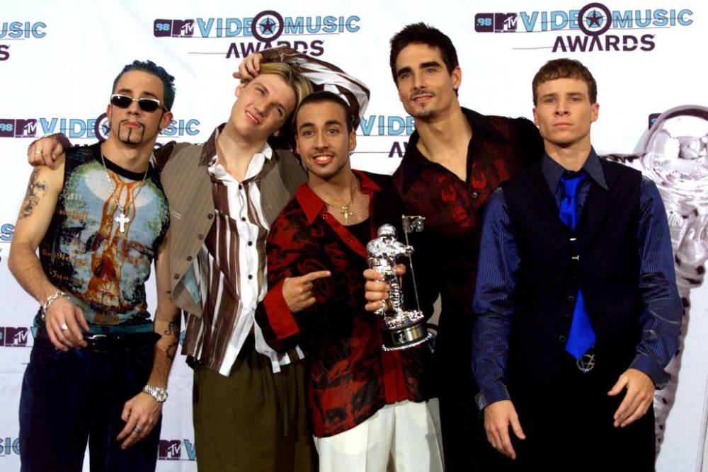 BACKSTREET BOYS WIN BEST GROUP VIDEO AT MTV AWARDS...LOA25D:ENTERTAINMENT-MTV:LOS ANGELES,11SEP98 - Members of the Backstreet Boys pose with their award after winning Best Group Video at the MTV Video Music Awards September 10. Madonna was the big winner, as she won in six categories. gmh/Photo by Fred Prouser REUTERS...E...ENT PRO