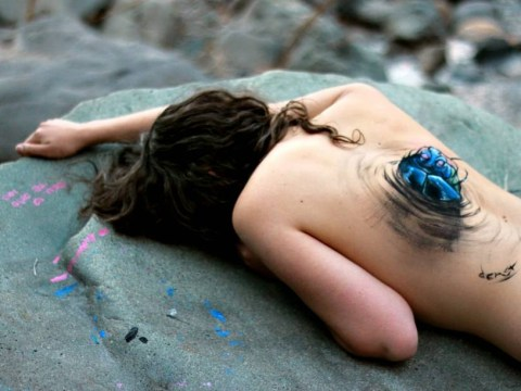 Artist creates mind-blowing body paintings that look like women are tearing themselves apart