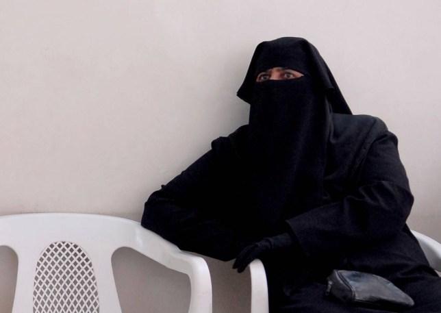 B069NE Veiled Muslim woman wearing full black Abaya garment. Image shot 2008. Exact date unknown.
