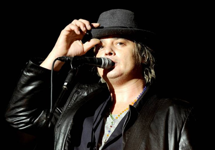 LEEDS, ENGLAND - AUGUST 28: Pete Doherty of The Libertines performs headlining the main stage on Day 2 of the Leeds Festival at Bramham Park on August 28, 2015 in Leeds, England. (Photo by Shirlaine Forrest/WireImage)