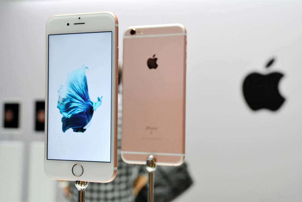 SAN FRANCISCO, CA - SEPTEMBER 10: (CHINA OUT, SOUTH KOREA OUT) The new Apple iPhone 6 and 6s are seen in the demo area after an Apple special event at Bill Graham Civic Auditorium September 9, 2015 in San Francisco, California. Apple Inc. unveiled latest iterations of its smart phone, forecasted to be the 6S and 6S Plus and announced an update to its Apple TV set-top box. (Photo by The Asahi Shimbun via Getty Images)