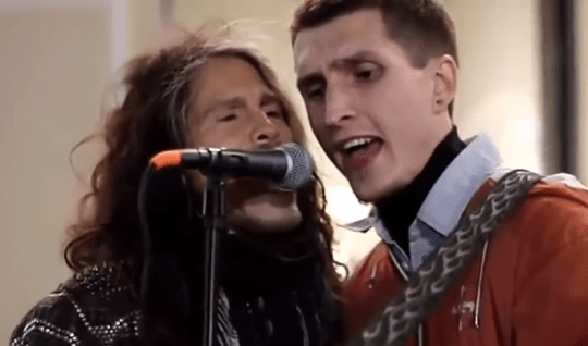Aerosmith's Steven Tyler sings with busker in Russia, Moscow