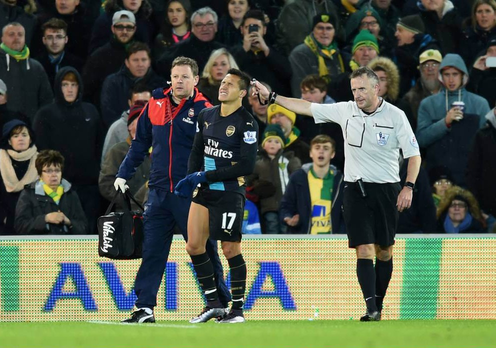 Alexis Sanchez limps off with hamstring problem during Norwich City v Arsenal