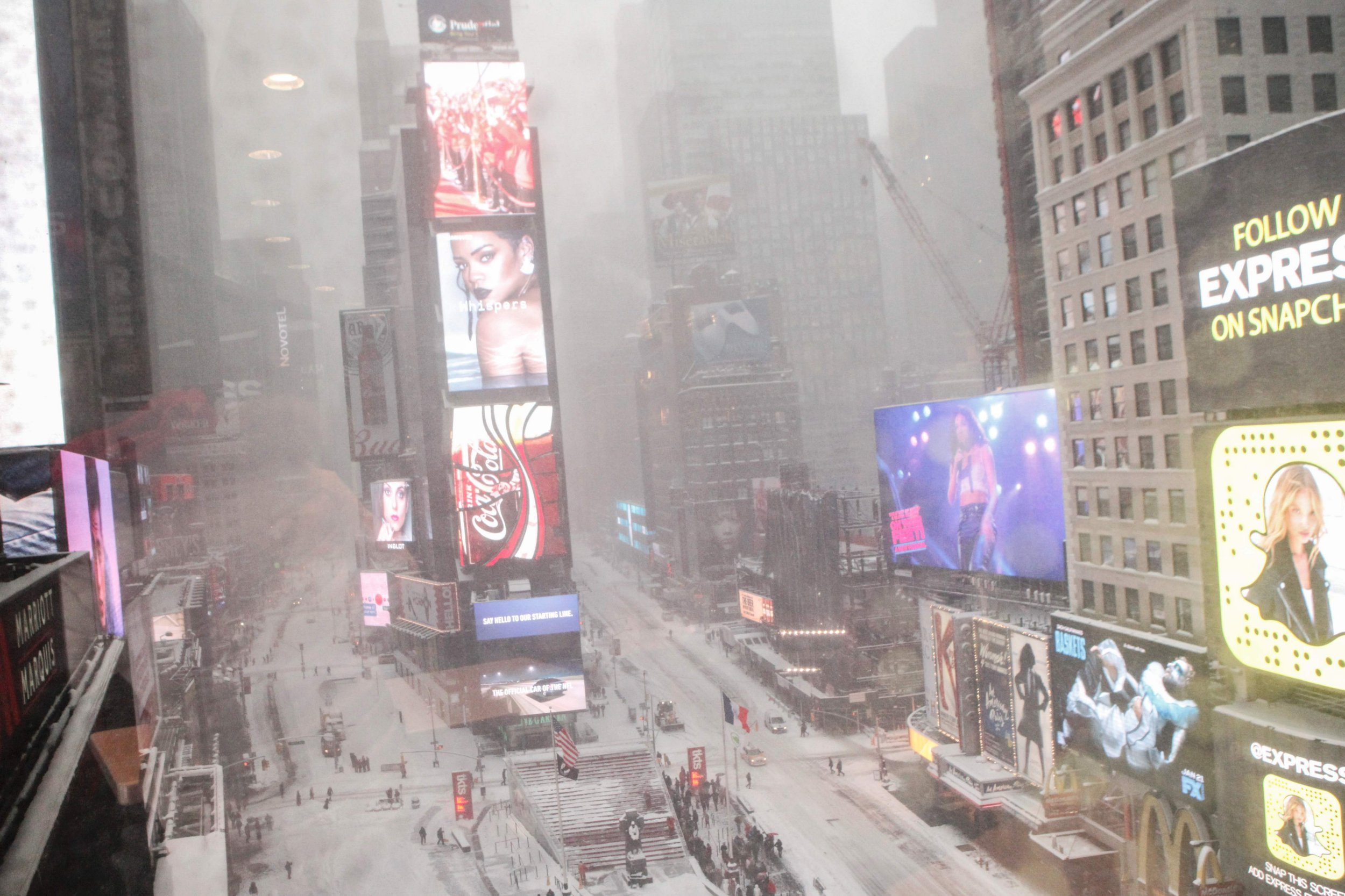 23 most insane pictures of the snowstorm bringing the entire US East Coast to a standstill