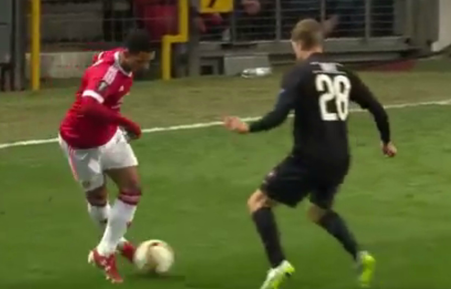 Memphis Depay pulls off outrageous nutmeg during Manchester United v FC Midtjylland
