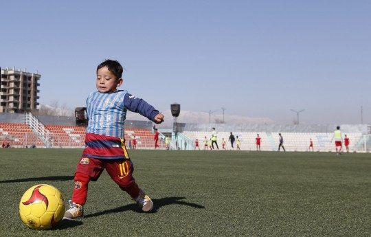 epa05139335 Five-year-old Afghan boy Murtaza Ahmadi, a young Lionel Messi fan, plays with a football in Kabul, Afghanistan, 02 February 2016. Argentinian soccer star Lionel Messi is hoping to meet with the Afghan boy who gained publicity after pictures emerged of him dressing in a striped plastic bag resembling the Argentinian soccer star's national team jersey. EPA/JAWAD JALALI