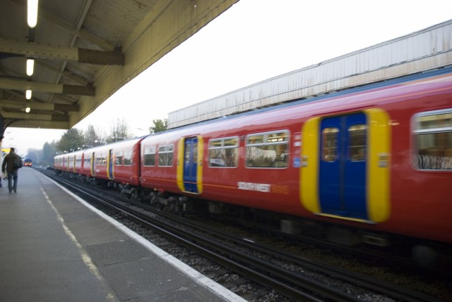 AN84MN A train departs Earlsfield overland train station in London's south west, UK.. Image shot 2007. Exact date unknown.