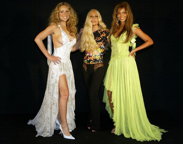 Mariah Carey (L) and Italian designer Donatella Versace (C) and Destiny's Child singer Beyonce Knowles (R) poses for the photographers before the Versace Spring/summer 2004 collection at Milan fashion October 4, 2003. REUTERS/Alessandro Bianchi...I...FAS...MILAN...Italy (Italian Republic)