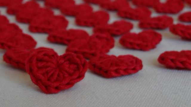 Teddy makes 100 crotchet hearts and hides them all over Budapest for Valentine's Day