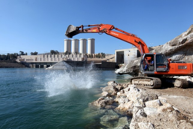 Employees work at strengthening the Mosul Dam in northern Iraq, February 3, 2016. REUTERS/Azad Lashkari - RTX25B5A