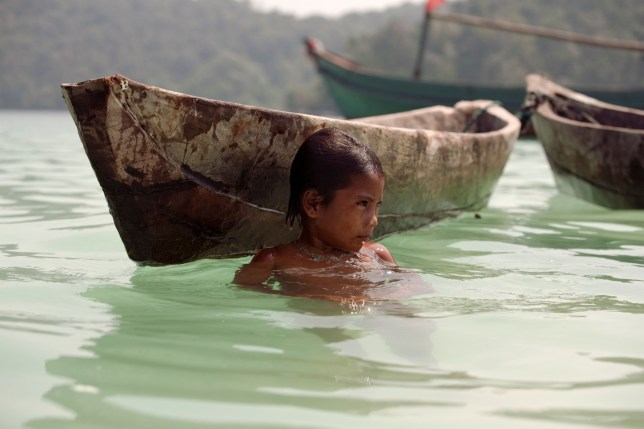 BJG30P Myanmar sea-gypsies, the nomadic hunter-gatherers of South East Asia live their lives in or on water. Young girl at play.. Image shot 2007. Exact date unknown.