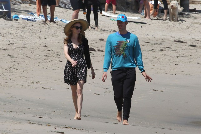 24.APR.2016 - MALIBU - USA *STRICTLY AVAILABLE FOR UK AND GERMANY USE ONLY* ** EXCLUSIVE ALL ROUND PICTURES ** Coldplay's Chris Martin and Heather Graham go for a stroll on the beach together on a sunny Sunday. The odd pair appeared to be enjoying the good weather in between shows for Coldplay's tour schedule. BYLINE MUST READ : AKM-GSI/XPOSUREPHOTOS.COM ***UK CLIENTS - PICTURES CONTAINING CHILDREN PLEASE PIXELATE FACE PRIOR TO PUBLICATION *** *UK CLIENTS MUST CALL PRIOR TO TV OR ONLINE USAGE PLEASE TELEPHONE 0208 344 2007*