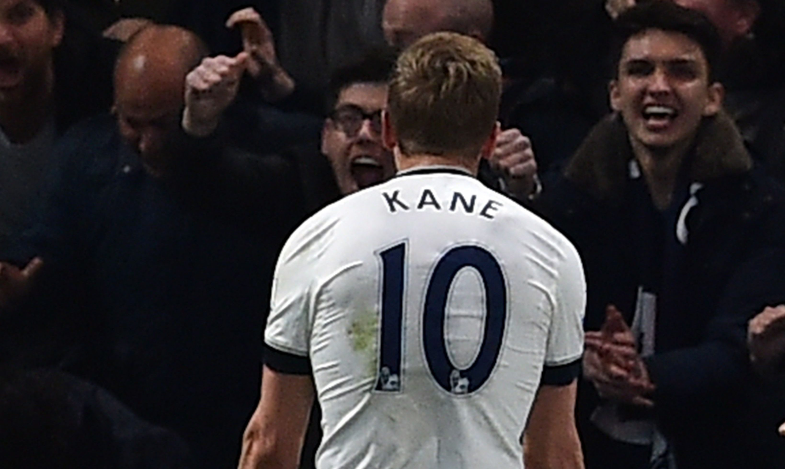 Tottenham Hotspur's English striker Harry Kane celebrates in front of the away fans after scoring the opening goal during the English Premier League football match between Chelsea and Tottenham Hotspur at Stamford Bridge in London on May 2, 2016. / AFP / BEN STANSALL / RESTRICTED TO EDITORIAL USE. No use with unauthorized audio, video, data, fixture lists, club/league logos or 'live' services. Online in-match use limited to 75 images, no video emulation. No use in betting, games or single club/league/player publications. / (Photo credit should read BEN STANSALL/AFP/Getty Images)