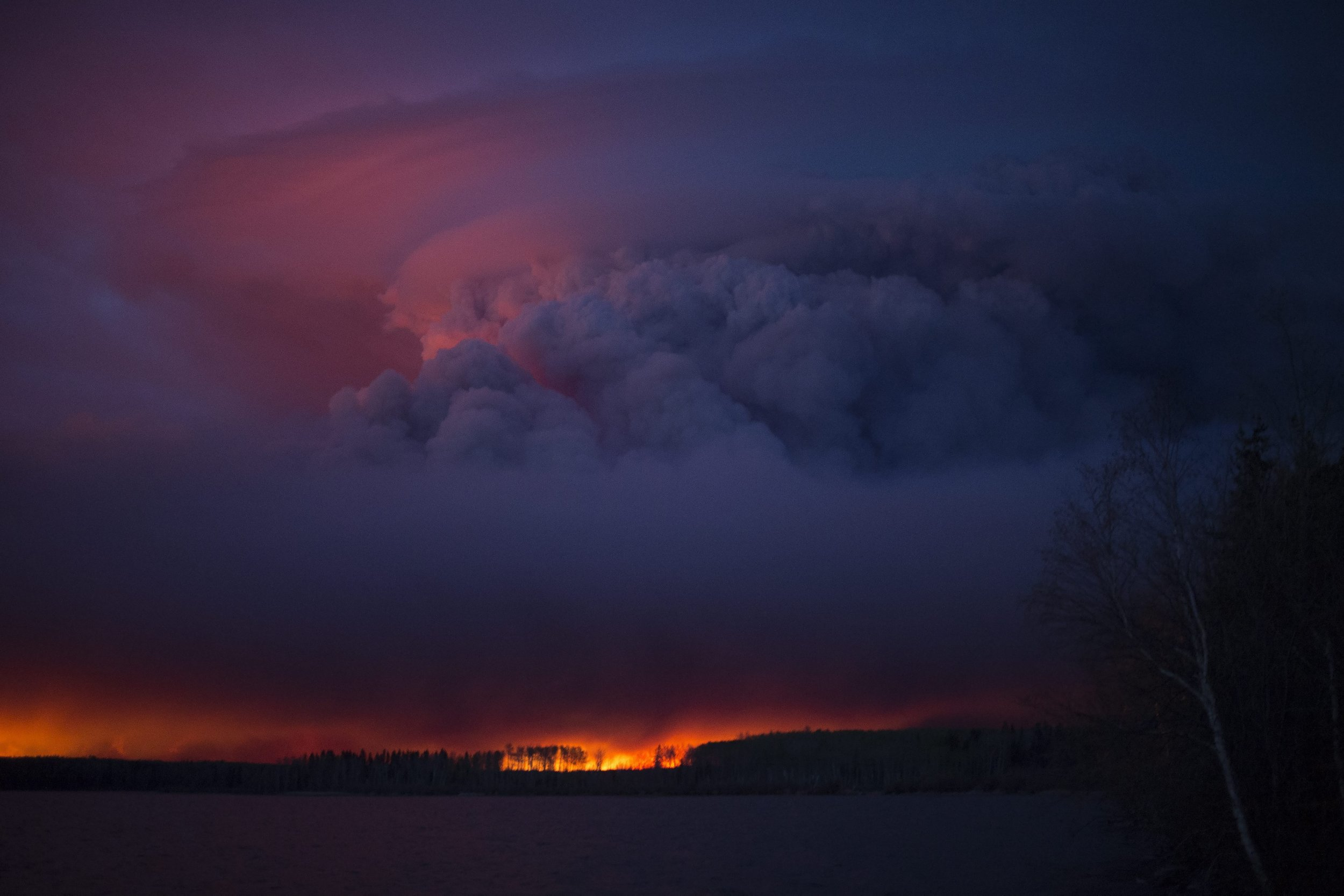 epa05291245 A handout photo provided by the Government of Alberta on 05 May 2016 shows a massive wildfire raging near Anzac, a hamlet 48 km southwest of Fort McMurray, Alberta, Canada, 04 May 2016. Weather conditions were making it more difficult to extinguish a forest fire that has forced the evacuation of some 80,000 people from the northwestern Canadian city of Fort McMurray. Alberta provincial authorities estimated that at least some 1,600 buildings in the city have been consumed by the flames, which have not caused any deaths or injuries so far. EPA/CHRIS SCHWARZ / GOVERNMENT OF ALBERTA / HANDOUT EPA/CHRIS SCHWARZ / GOVERNMENT OF ALBERTA / HANDOUT HANDOUT EDITORIAL USE ONLY/NO SALES