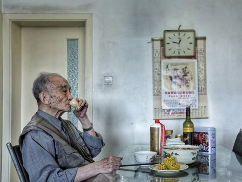 Heartbreaking photos show a granddad's life before and after his wife of sixty years passed away