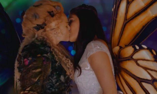 Russell T Davies explains that lesbian kiss from Midsummer Night's Dream
