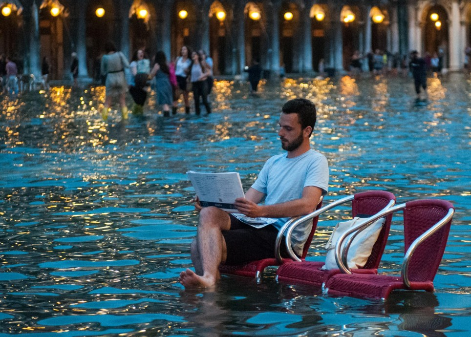 Alamy Live News. G421XT Venice, Italy. 16th June, 2016. VENICE, ITALY - June 15: A man draws during the high water on June 15, 2016 in Venice, Italy. The high water in this period is exceptional, and it is a surprise for citizen and tourists. HOW TO LICENCE THIS PICTURE: please contact us via e-mail at sales@xianpix.com or call 44 (0)207 1939846 for prices and terms of copyright. First Use Only, Editorial Use Only, All repros payable, No Archiving. © Awakening/Xianpix © Simone Padovani /Awakening/Alamy Live News This is an Alamy Live News image and may not be part of your current Alamy deal . If you are unsure, please contact our sales team to check.