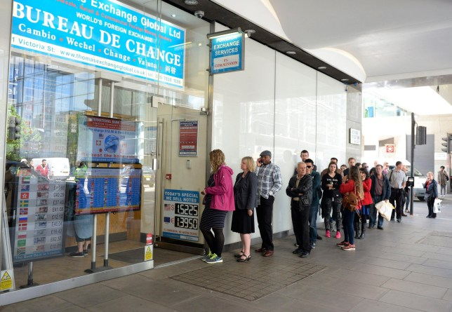ER8KBN epa04768422 People queue outside a Bureau de Change near Victoria station in London, Britain, 26 May 2015. The euro continues to slide amid fears that Greece might not be able to repay its debts. EPA/FACUNDO ARRIZABALAGA