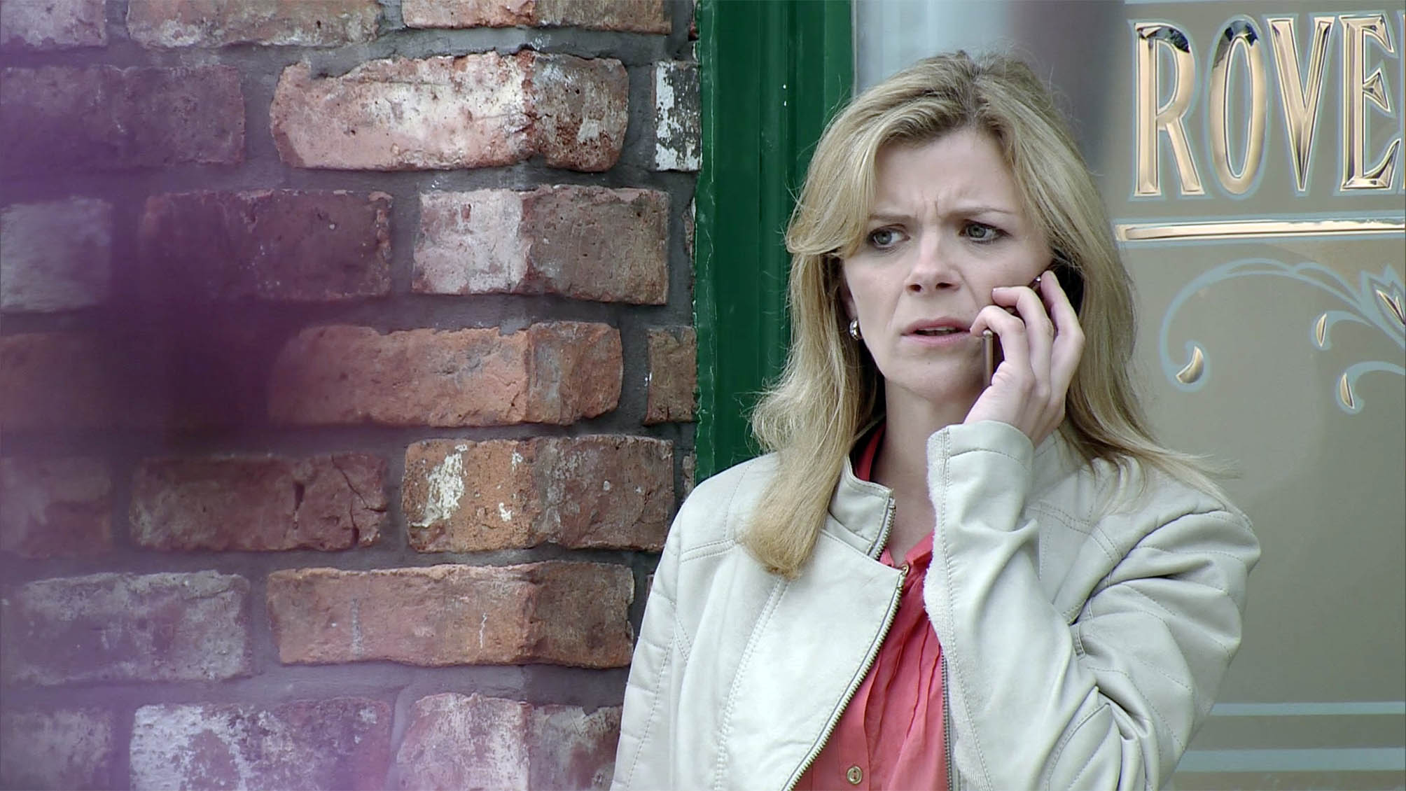 FROM ITV STRICT EMBARGO - No Use Before Tuesday 12 July 2016 Coronation Street - Ep 8951 Friday 22 July 2016 - 1st Ep Leanne Tilsley [JANE DANSON] decides to tell the father of the baby that's she's pregnant - she calls him and asks to meet. Picture contact: david.crook@itv.com on 0161 952 6214 This photograph is (C) ITV Plc and can only be reproduced for editorial purposes directly in connection with the programme or event mentioned above, or ITV plc. Once made available by ITV plc Picture Desk, this photograph can be reproduced once only up until the transmission [TX] date and no reproduction fee will be charged. Any subsequent usage may incur a fee. This photograph must not be manipulated [excluding basic cropping] in a manner which alters the visual appearance of the person photographed deemed detrimental or inappropriate by ITV plc Picture Desk. This photograph must not be syndicated to any other company, publication or website, or permanently archived, without the express written permission of ITV Plc Picture Desk. Full Terms and conditions are available on the website www.itvpictures.com