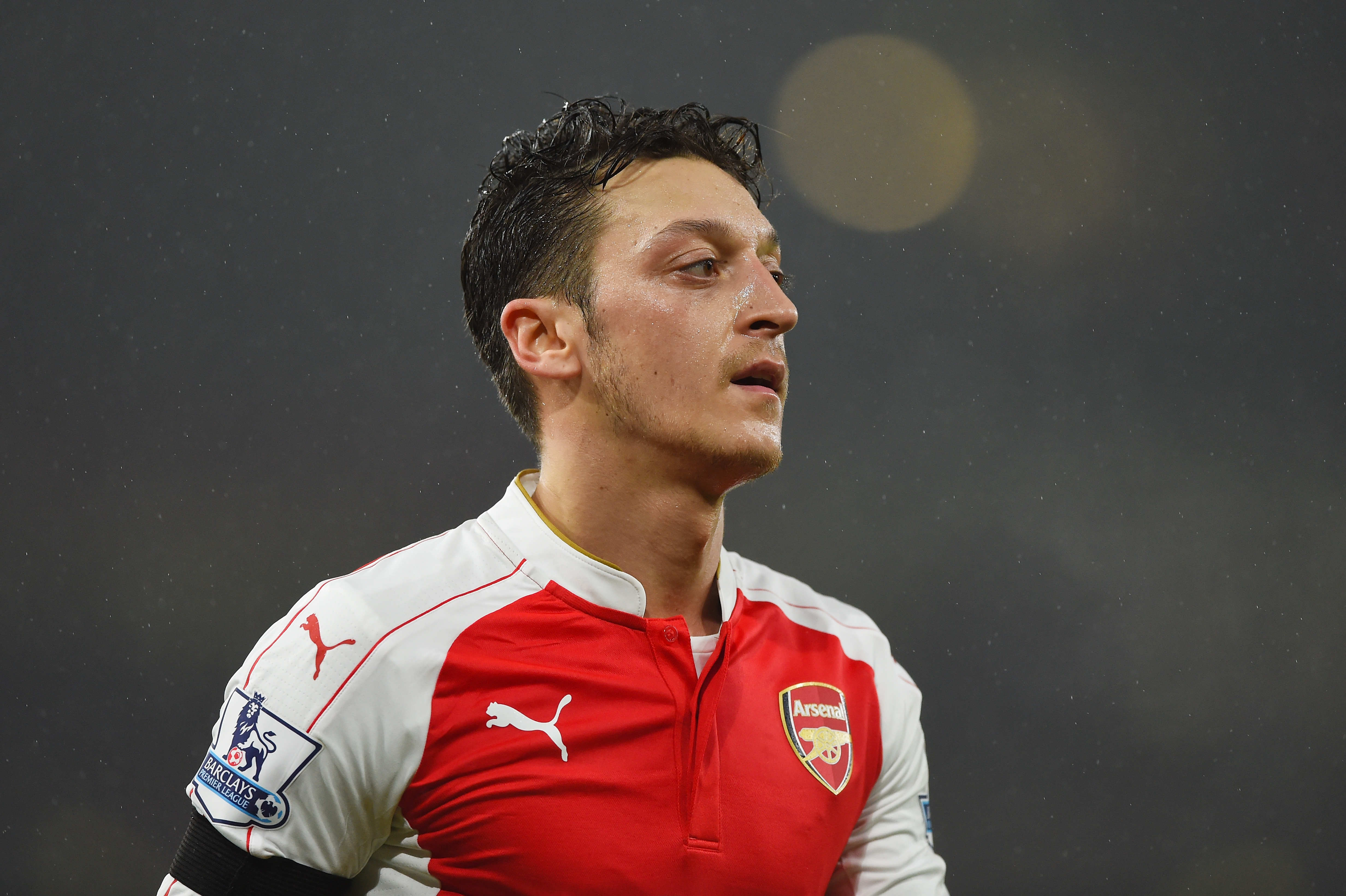 LONDON, ENGLAND - JANUARY 02: Mesut Ozil of Arsenal in action during the Barclays Premier League match between Arsenal and Newcastle United at Emirates Stadium on January 2, 2016 in London, England. (Photo by Shaun Botterill/Getty Images)