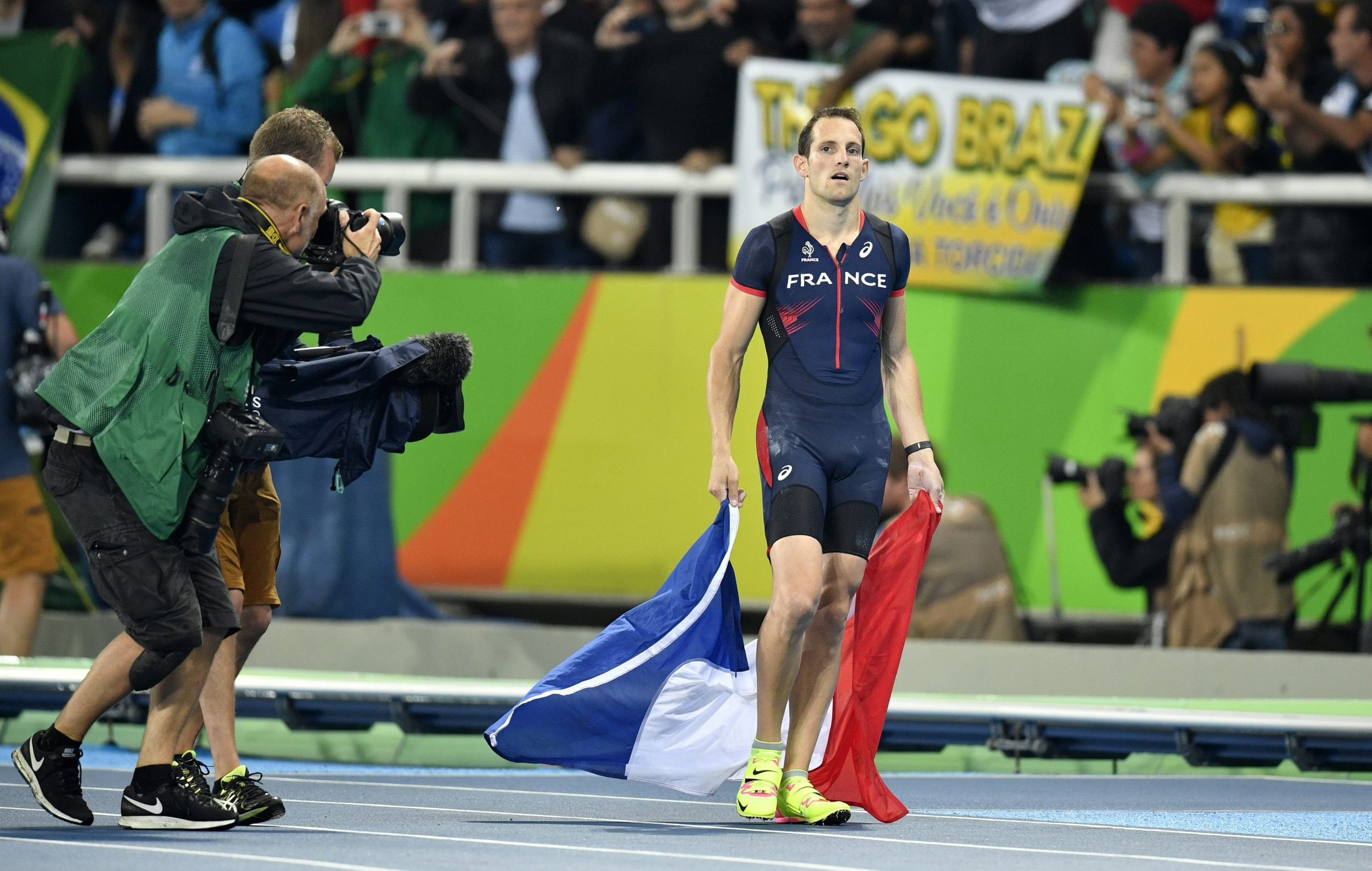 epa05488961 Renaud Lavillenie of France at the end of the Men's Pole Vault final of the Rio 2016 Olympic Games Athletics, Track and Field events at the Olympic Stadium in Rio de Janeiro, Brazil, 15 August 2016. Lavillenie placed second. EPA/FRANCK ROBICHON