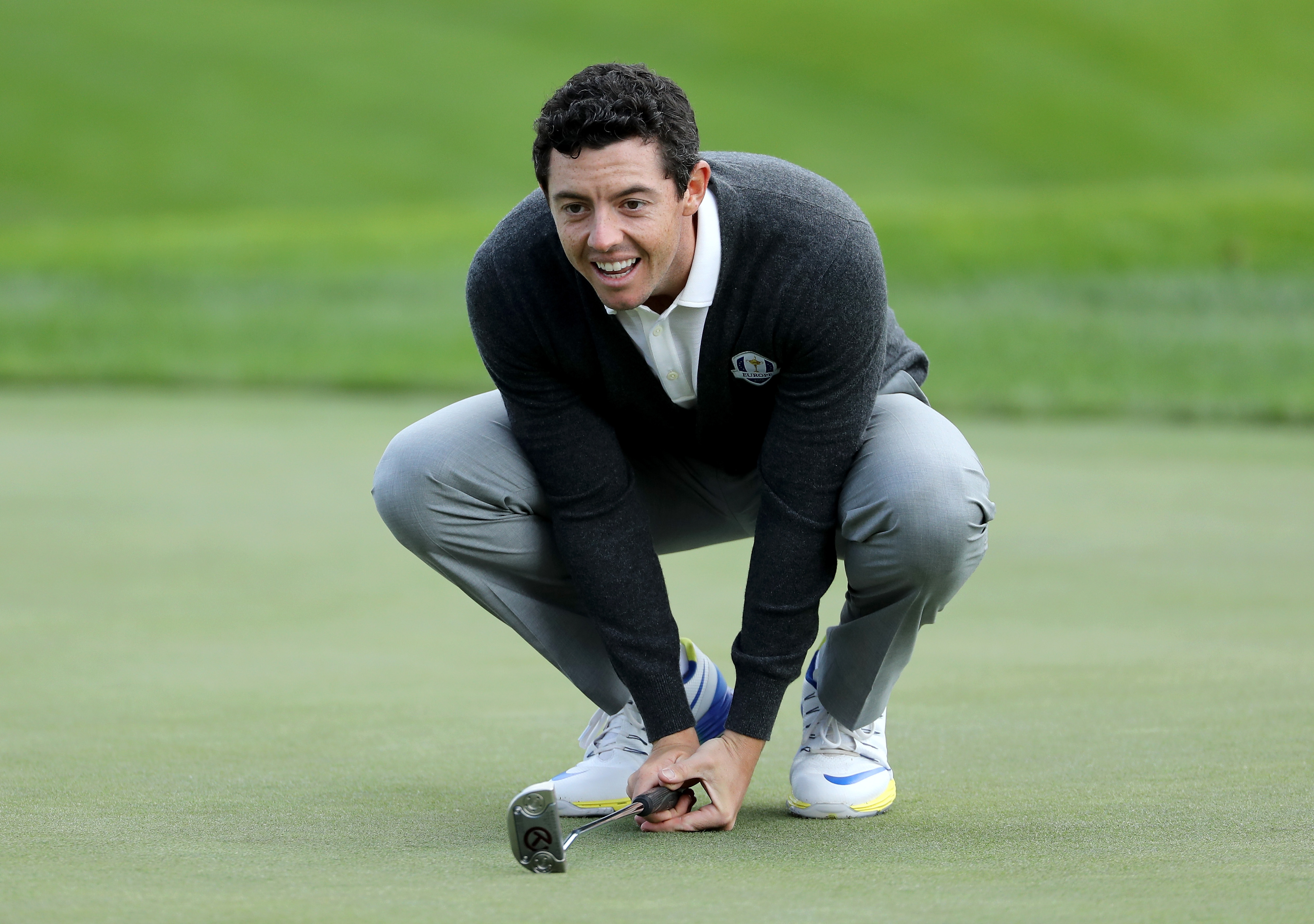 USA Ryder Cup fan shows Rory McIlroy how it's done and sinks putt