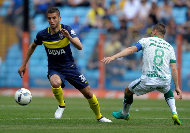 Boca Juniors' midfielder Rodrigo Bentancur (L) eludes Sarmiento's midfielder Walter Busse during their Argentina First Division football match at the La Bombonera stadium in Buenos Aires, on October 16, 2016. / AFP / AFP PHOTO / Alejandro PAGNI (Photo credit should read ALEJANDRO PAGNI/AFP/Getty Images)