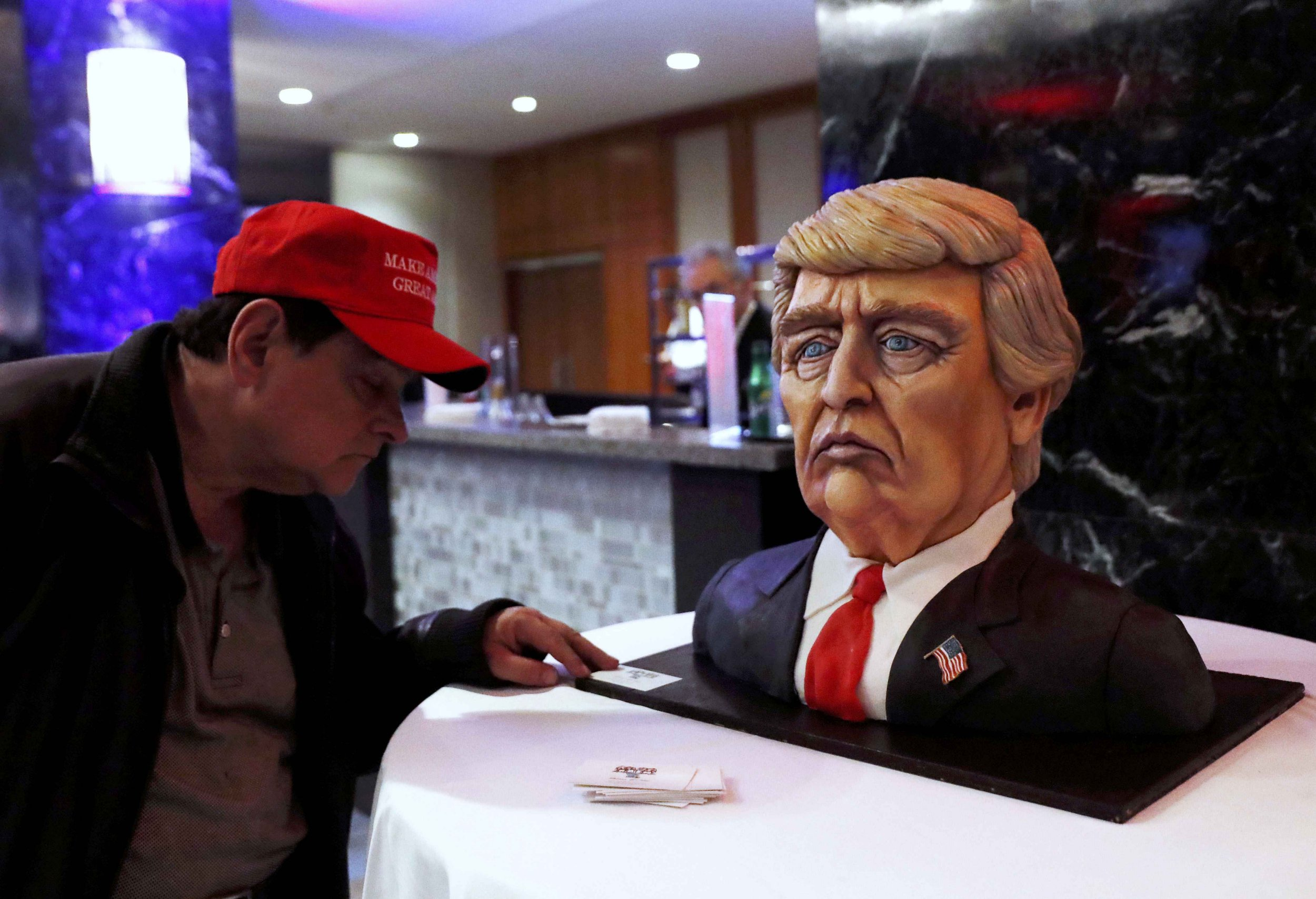 A man checks out a Trump cake ahead of the rally for Republican U.S. presidential nominee Donald Trump in New York City, New York, U.S. November 8, 2016. REUTERS/Andrew Kelly