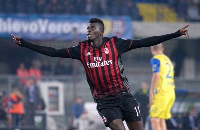 VERONA, ITALY - OCTOBER 16: M'Baye Niang of AC Milan celebrates after scoring his team's second goal during the Serie A match between AC Chievo Verona and AC Milan at Stadio Marc'Antonio Bentegodi on October 16, 2016 in Verona, Italy. (Photo by Dino Panato/Getty Images)