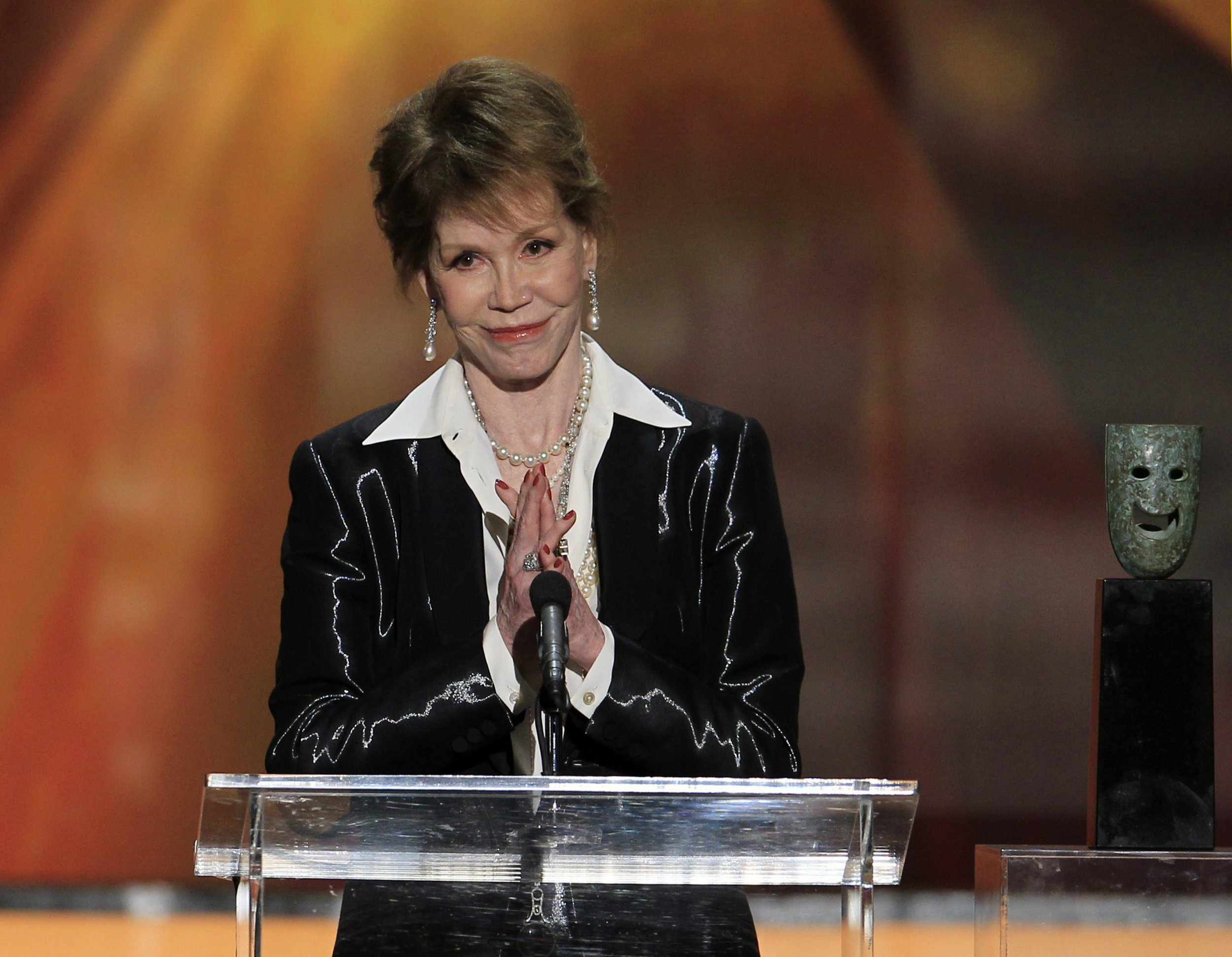 Actress Mary Tyler Moore accepts the Lifetime Achievement Award at the 18th annual Screen Actors Guild Awards in Los Angeles, California January 29, 2012. REUTERS/Lucy Nicholson (UNITED STATES - Tags: ENTERTAINMENT) (SAGAWARDS-SHOW) - RTR2X2EM